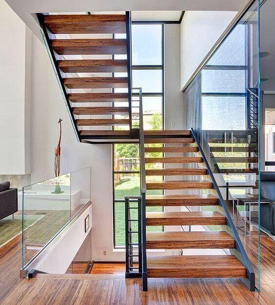 cầu thang gỗ teak đặt ở không gian thoáng mát.